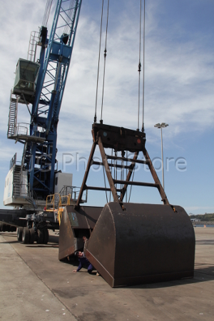 Grúa automóvil en el puerto de Sines.